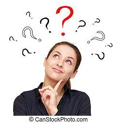 Pensando en una mujer sonriente con marcas de preguntas por encima mirando el cartel rojo