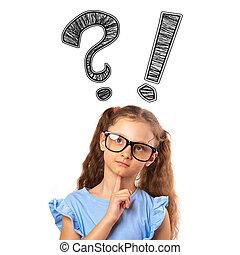 Pensando en una niña pequeña con gafas con preguntas y signos de exclamación sobre la cabeza aislada en el fondo blanco