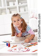 Pequeña artista pintando