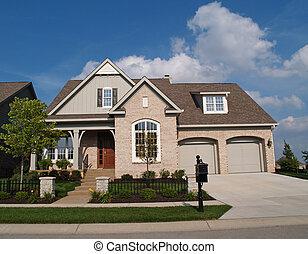Pequeña casa de ladrillos beige