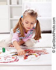 Pequeña niña pintando con el dedo
