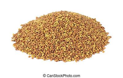Pequeña pila de semillas de alfalfa