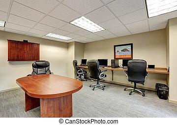 Pequeña sala de reuniones moderna interior en la oficina.