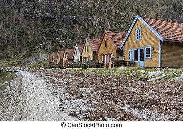 Pequeñas casas de vacaciones en la costa en Norway