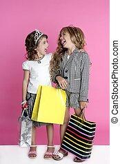 Pequeñas chicas adictas a las compras