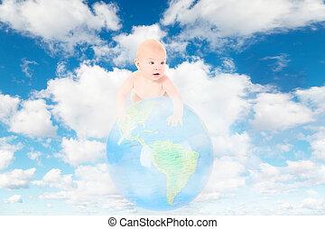 Pequeño bebé en el mundo de la Tierra en las nubes blancas y suaves en el cielo azul