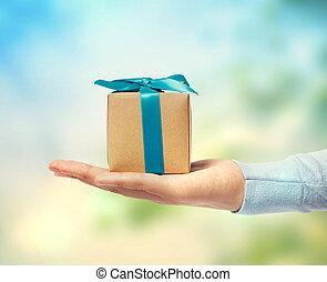 pequeño, caja, regalo, mano