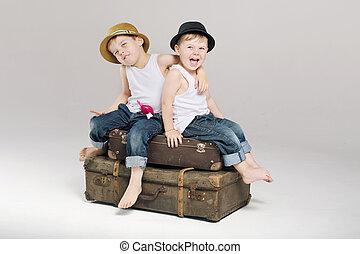 pequeño, maletas, hermanos, dos, sentado