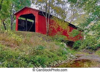 Pequeño puente rojo cubierto