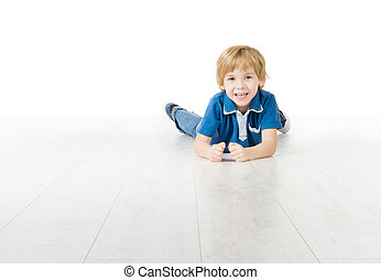 Pequeño sonriente, tirado en el suelo