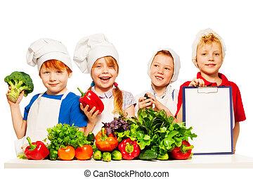 Pequeños cocineros con verduras e ingredientes lista