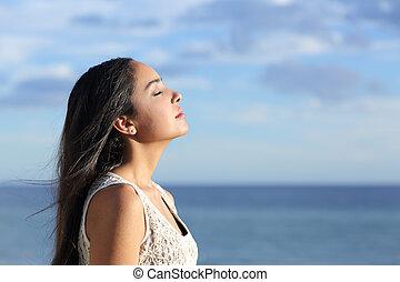 perfil, mujer hermosa, aire, árabe, respiración, fresco, playa