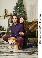 perro, joven, piso, feliz, abrazar, árbol, sentado, pareja, navidad
