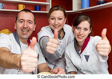 Personal de enfermería levantando pulgares