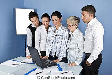 Personas de negocios en la oficina con portátil