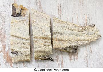 Pescado bacalao salado en fondo blanco