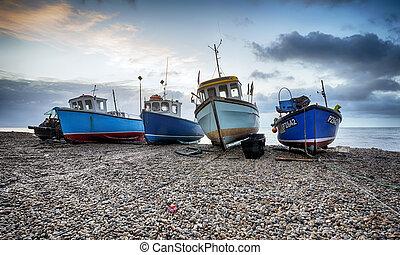 Pescando barcos en la playa de Beer en Devon