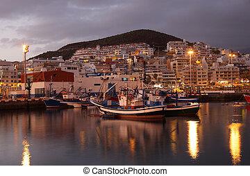 Pescando en el puerto de Los cristianos al atardecer. Canary Island tenife, España