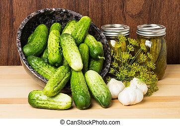 Picas con tarros de pickles
