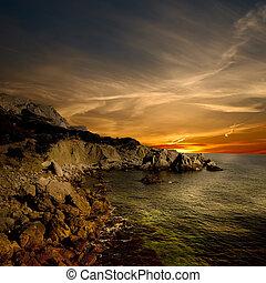 Piedra oscura y costa marina