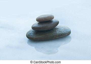 Piedras en la mesa blanca con luz solar