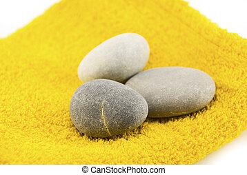 Piedras sobre la toalla aisladas en blanco