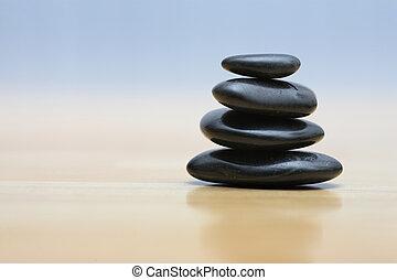 Piedras Zen en la superficie de madera