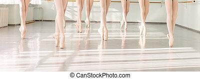 Piernas de bailarinas en danza clásica, ballet