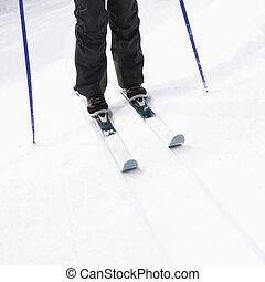 Piernas de esquí en ladera.