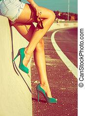 piernas largas, bronceado