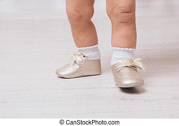 Pies de un bebé con zapatos de punta, primer plano