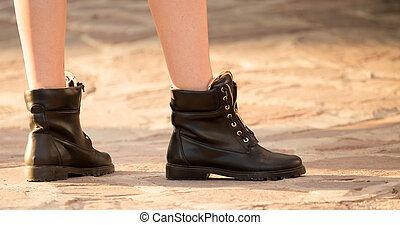 Pies de una chica con zapatos en la carretera