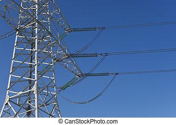 Pilón de electricidad antes del cielo azul