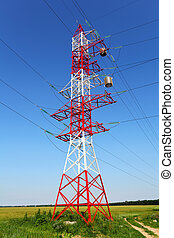 Pilón de línea de energía en el campo