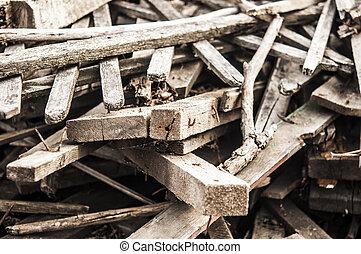 Pila de madera con clavos