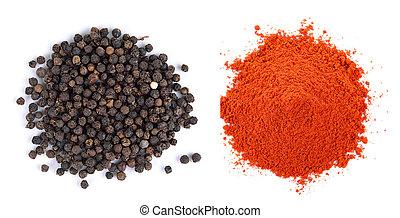 Pila de pimentón rojo y semillas de pimienta negra en fondo blanco