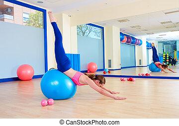 Pilates mujer fitball cisne entrenamiento de buceo