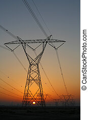 Pilones eléctricos al atardecer