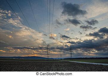 Pilones eléctricos y cielo