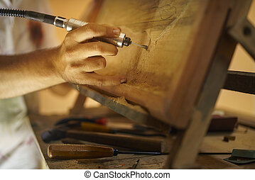 Pintor escultor cincelando un bas alivio-2 de madera