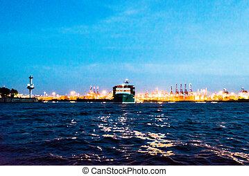 Pintura de un barco contenedor que sale del puerto por la noche