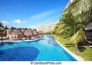 Piscina en el hotel Caribe.