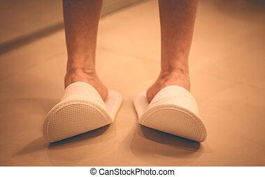 piso, mujer, bathroom., embaldosado, shoes., cómodo, hotel, pantuflas