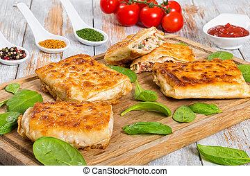 Pita a la parrilla o mollejas rellenas de carne de pollo