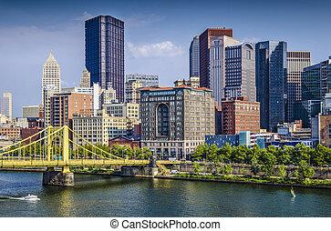 Pittsburgh, Pennsylvania, EE.UU., escena diurna del centro sobre el río Allegheny.