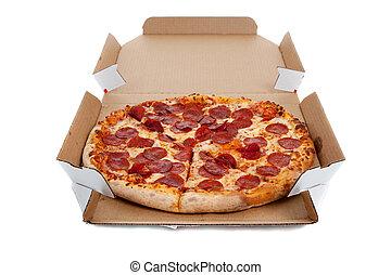 Pizza de pepperoni en una caja en blanco