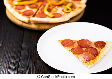 placa blanca, rebanada, pizza, salchichones