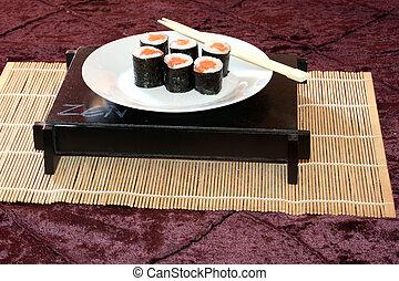 Plata de sushi de salmón.