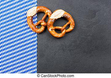 Plato con pretzels con un patrón de diamante bávaro