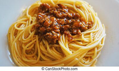 Plato de delicioso espagueti Bolognaise o Bolognese con salsa
